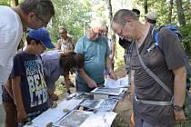Archeologové vzali zájemce na naleziště.
