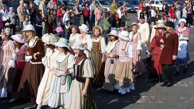 SOBOTNÍ program oslav trojího výročí zahájí po 9. hodině ráno slavnostní průvod městem. Na snímku oslavy výročí v roce 2009