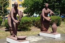 Dvojice soch od Evy Kmentové, které zobrazují alegorii Pohostinství.