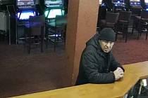 Podvodník oklamal barmana při směně peněz.
