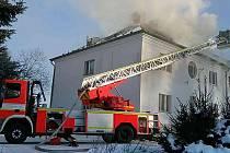 Požár střechy obytného domu.