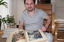 Roman Kotilínek ukazuje jeden ze sborníků Humoristických listů. Na obrázku je rytíř, jak zabíjí draky s příznačnými jmény Chamtivost, Úplatkářství, Korupce, Drahota.