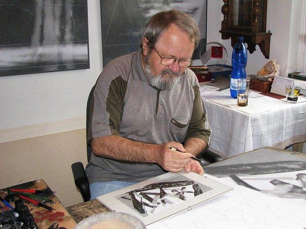 Jiří Jun tiše tvoří ve svém ateliéru.