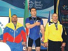Rotavský vzpěrač Vlastimil Štrunc (vpravo) na stupních vítězů na světových hrách v australském. Sydney.
