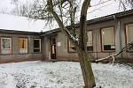 Budovu družiny bývalé 4. základní školy, která se změní na stacionář, už převzala stavební firma.