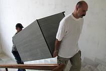 STĚHOVAT nábytek do patra je nutné ručně. Kdo má sílu, pomáhá.
