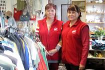 V OBCHODĚ  se aktuálně lze snadno orientovat díky rozdělení zboží do sekcí. Oblečení, které už se nedá nosit, proměňují zaměstnankyně v takzvané recy-věci (v pozadí vlevo).