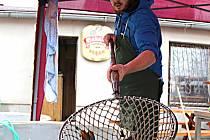 VÁNOČNÍ kapr nebude chybět na štědrovečerním stole. Lidé ale preferují i jiné ryby a chybět nebudou ani řízky nebo klobásky.