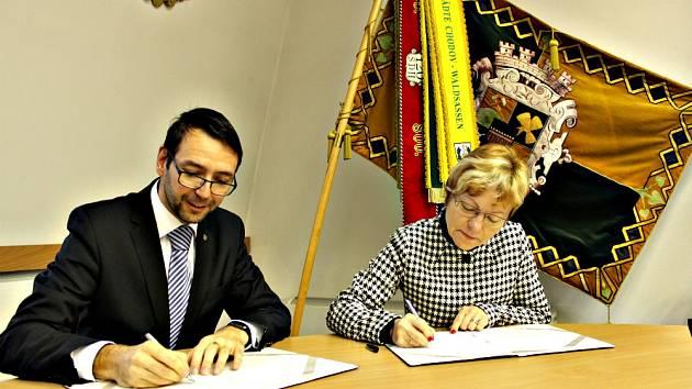 PODPIS partnerské smlouvy. Na snímku starosta Chodova Patrik Pizinger a ředitelka Denního centra Mateřídouška Věra Bráborcová.