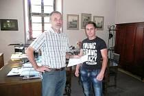 PETIČNÍ ARCH. Starosta Lokte Jaroslav Hlavsa (vlevo) přijal včera od obyvatel Revoluční ulice petiční arch.