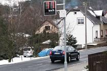 RADAR v Sokolovské ulici hlídá rychlost projíždějících vozidel. Někteří motoristé padesátku dodržují, jiní na ni nedbají.