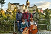 Jednou z kapel, která v Habartově zahraje a zazpívá, jsou Roháči z Lokte.