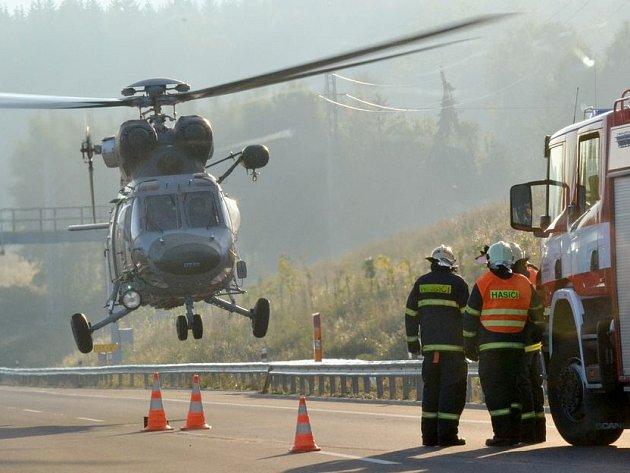 Dopravní nehoda na R6: Pro spolujezdkyni přiletěl vrtulník.
