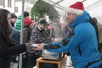 O RADNIČNÍ polévku se letos strhl velký zájem. Pochvaloval si ji i místostarosta Ladislav Sedláček, moc ochutnat prý ale nestihl. Várnice byly do hodiny prázdné.