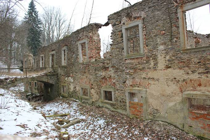 Ruiny barokního zámku i s přilehlým parkem, který prošel revitalizací.
