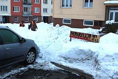 ODKLIZENÉ MÍSTO vlastními silami si někteří lidé označují cedulemi a staví na něj různé překážky, aby tam nemohl nikdo jiný zaparkovat. Hrozit za to může pokuta.