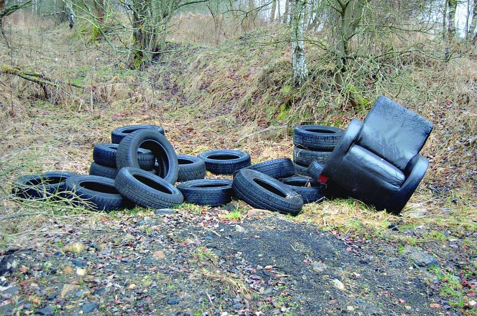 ČÁSTI AUT nebo nábytek a pneumatiky kdosi vyložil v okolí zatopeného čedičového lomu u Jindřichovic. Obec ho přitom vyčistila loni na podzim.