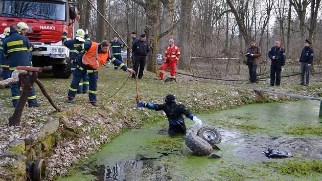Hasiči vytáhli z rybníčka tělo muže zaklíněného pod čtyřkolkou.