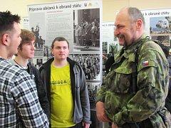 Příprava na obranu státu je tématem projektu Ministerstva obrany, do nějž se zapojila Střední škola živnostenská Sokolov. Studenti s vojáky živě debatovali.