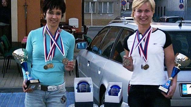 Vendula a Petra Hrubá (zleva) si z MČR v silovém trojboji v Nymburku přivezly mnoho hodnotných cen.