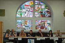 PARTNERSKÁ MĚSTA jsou i hlavním motivem vitráže, která zdobí zasedací sál chodovské radnice