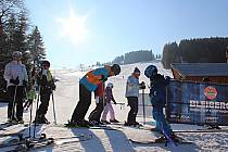 Rodiny si užívají jarní prázdniny na horách na Bublavě.