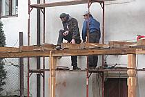 Řemeslníci přidělávají v těchto dnech k Pluhovu domu dřevěnou pavlač. Nejvýznamnější renesanční stavba ve městě tak bude kompletní.