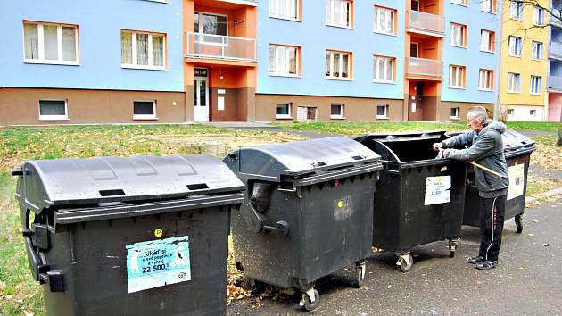 Kontejnery ve Švabinského ulici se musejí vrátit zpět na plácek nad nimi
