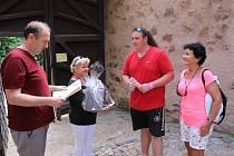 Dvoumiliontá návštěvnice Danuška Křivánková z Podbořan převzala dárky od zástupců hradu Loket.