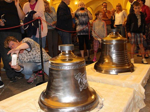 Dva nové chodovské zvony, svatý Florián a svatý Vavřinec, budou během Vavřinecké pouti jeřábem vytaženy do věže kostela.