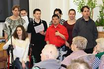 Klienti Mateřídoušky přijeli potěšit seniory svým jarním pásmem známých písniček a malými dárky.