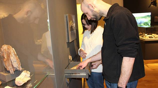 Díky haptické stezce v karlovarském muzeu nevidomý Zdeněk Doležal poznával řadu exponátů hmatem.