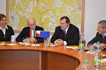 ZÁSTUPCI společnosti Marzotto navštívili Kraslice a seznámili vedení města se svými plány. Na snímku vlevo prezident Marzotto Antonio Favrin se starostou Kraslic Zdeňkem Brantlem.
