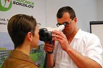 PRIMÁŘ očního oddělení Andrej Farkaš předvádí měření zraku novým přístrojem