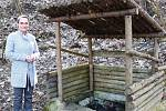 Na úpravu téměř zapomenuté studánky v Dasnicích získala obec peníze z Nadace Partnerství. Na snímku u studánky stojí starostka obce Gabriela Turnerová.