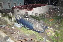 Řidič usnul za volantem. Auto skončila po karambolu na zahradě domu.