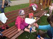 Bosá stezka. Děti i s rodiči zdolali v MŠ Barvička bosou stezku.