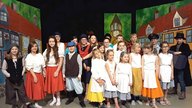 MALÍ UMĚLCI z Kraslic a Klingenthalu cvičí operu Brundibár.
