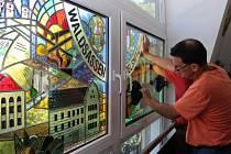 Montáž vitrážového okna na chodovské radnici.