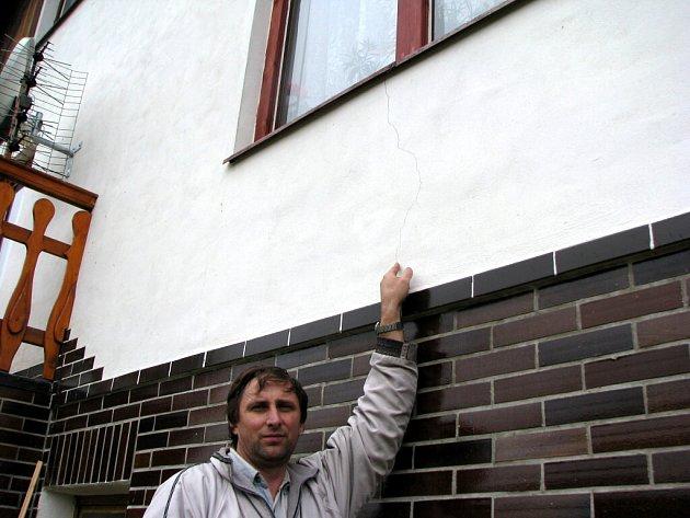 Zemětřesení: Poničené domy v Šindelové.