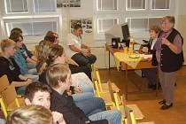 Sokolovská základní škola v ulici Pionýrů, uspořádala debatu s Miladou Bučkovou (vpravo) a Marií Chejlavovou, které žákům devátých tříd přiblížily válečné dějiny.