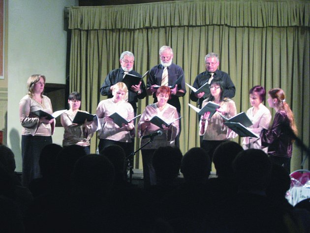 ATMOSFÉRU adventního večera pomohl dokreslit koncert sboru Rosa coeli. Vystoupení si právem vysloužilo nadšený potlesk posluchačů.