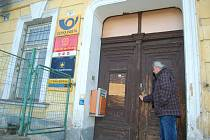 NA ZAVŘENÉ DVEŘE narazí lidé v Oloví na poště. Ta bude od 6. ledna fungovat v přízemí olovské radnice, která na přebudování vyčlení 200 až 300 tisíc korun.