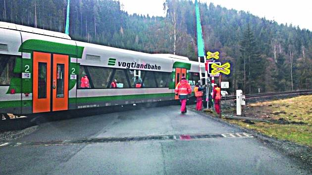 NA SNÍMKU jeden ze železničních přejezdů na trati mezi Olovím a Kraslicemi, který je nově osazen i závorami.