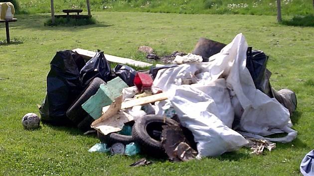Takové množství odpadu nasbírali studenti ISŠTE v řece Ohři.