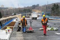 REKONSTRUKCE MOSTU přes řeku Ohři pokračuje i během zimy. Pro stavaře to znamená přizpůsobit se rozmarům počasí.