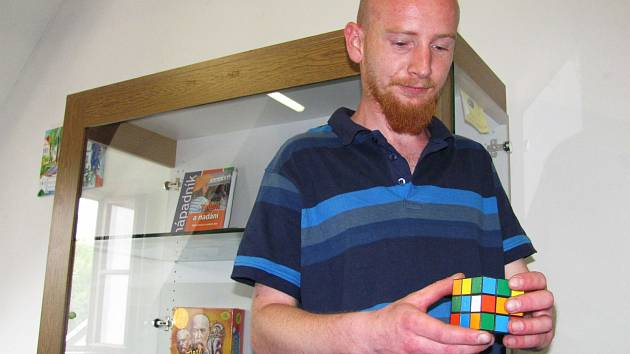 LEGENDÁRNÍ Rubikova kostka nesmí na výstavě hlavolamů chybět. Člověk si ji může vzít do ruky a zkusit ji složit.