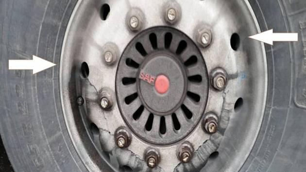 Nákladní auto mělo prasklý disk, policie zakázala další jízdu.