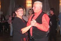 NEDĚLNÍ ČAJE. Lidé si při tanci a zábavě mohli připomenout dobu dávno minulou.