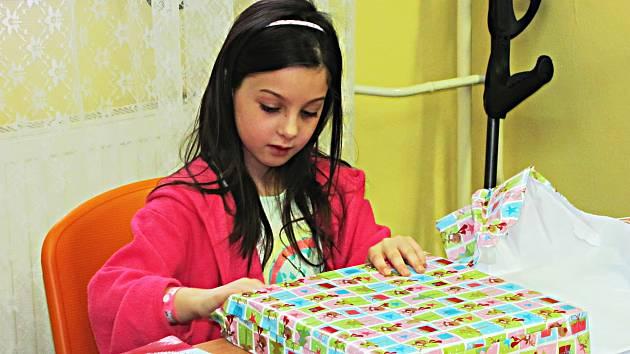 Ježíšek nezapomněl ani na děti v nemocnici. Ty si dokonce pár dárků od studentů rozbalily už před Štědrým dnem.